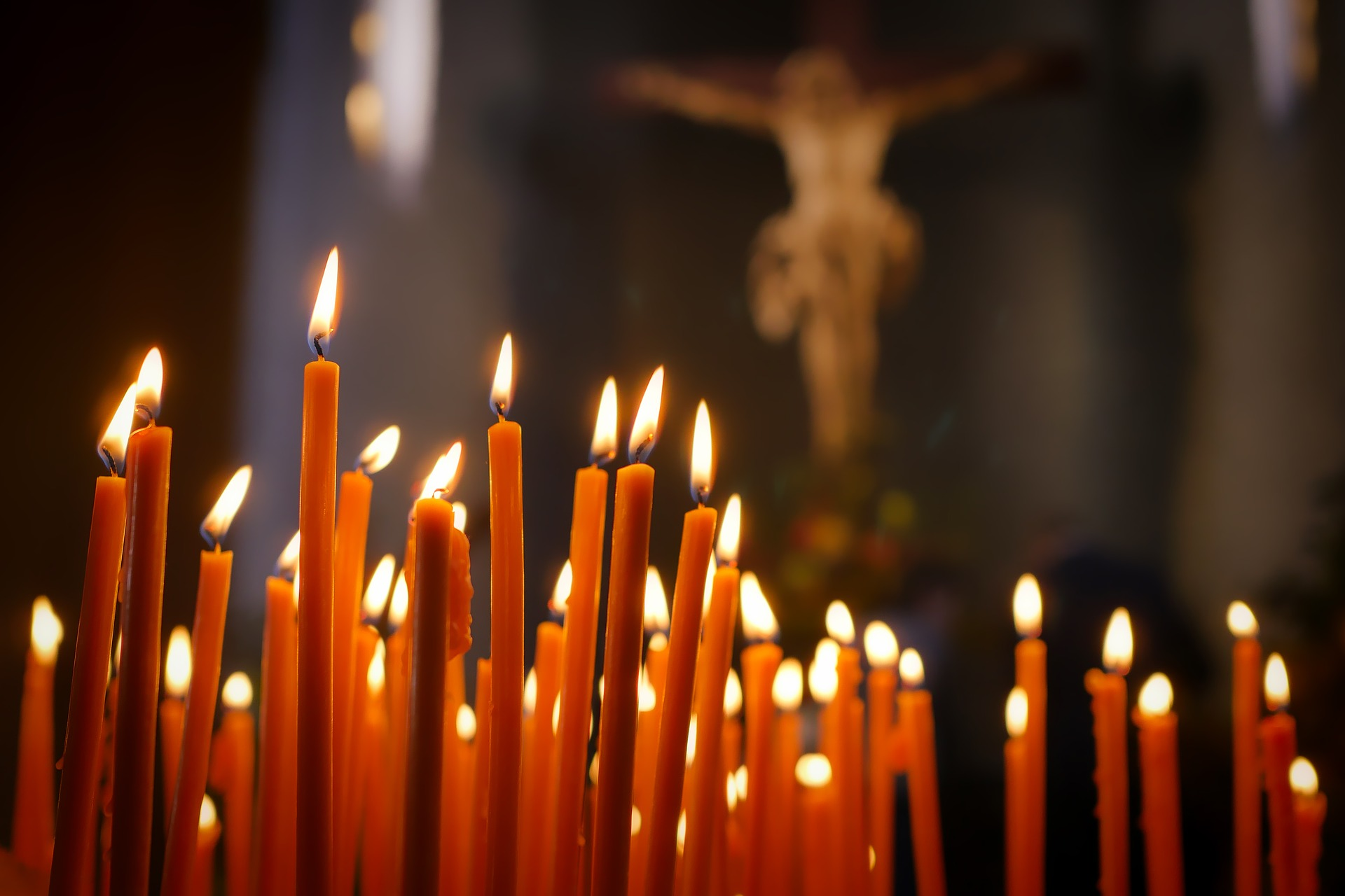 Kerzen in einer Kirche